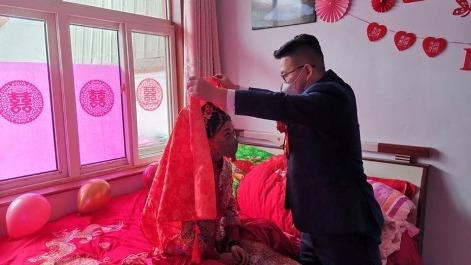 عروس و داماد چینی در مراسم ازدواج شان