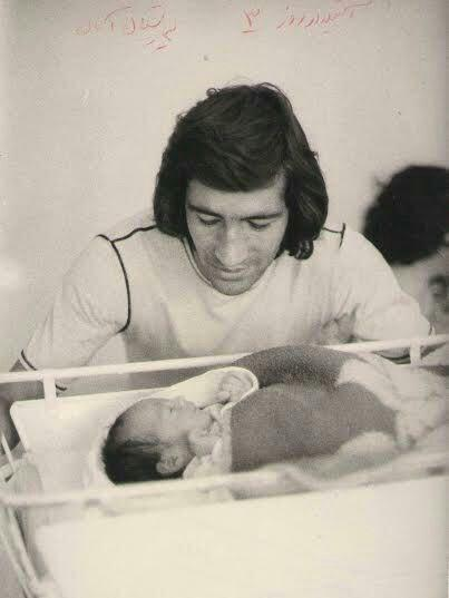 ناصر حجازی در کنار پسرش در دوران نوزادی آتیلا حجازی
