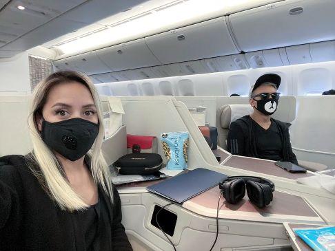 شادمهر عقیلی و همسرش در هواپیما