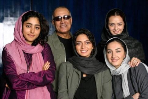 مرحوم عباس کیارستمی در کنار گلشیفته فراهانی, هانیه توسلی, پگاه آهنگرانی و ترانه علیدوستی