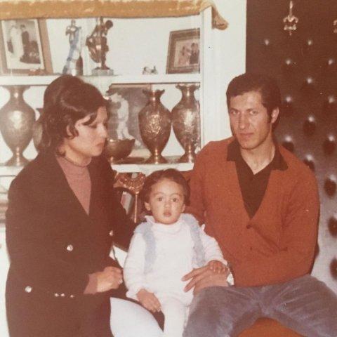 نیکی کریمی در کودکی در کنار پدر و مادرش
