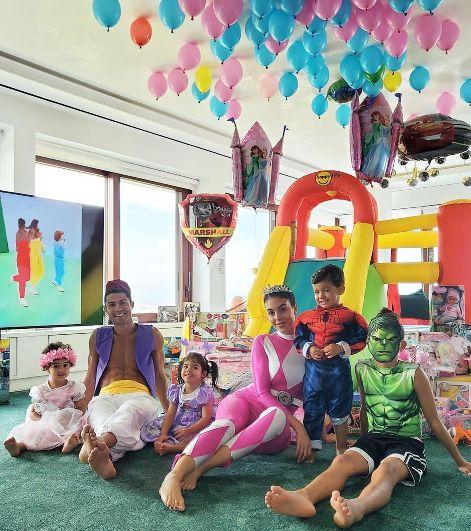 تیپ رونالدو و نامزدش در جشن تولد دوقلو هایشان