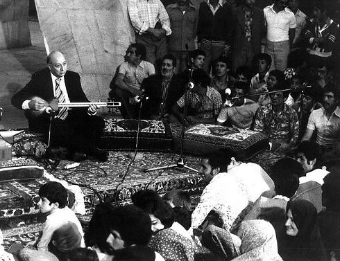 تارنوازی جلیل شهناز در جشنی در آرامگاه خیام، نیشابور؛ ۱۳۵۴