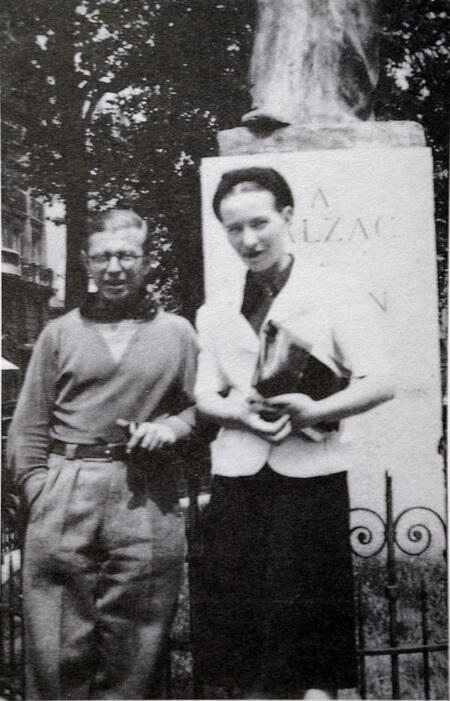 سارتر و دوبووار در کنار بنای یادبود انوره دو بالزاک