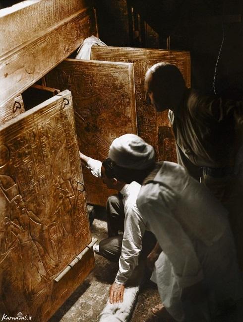 کارتر، آرتور کلندر و یک کارگر مصری در حال باز کردن درب مقبره