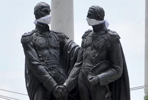 مجسمه سیمون بولیوار و خوزه دی سان مارتین با ماسک در اکوادور