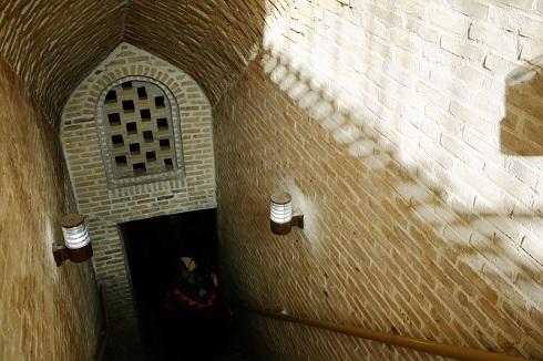 ورودی قنات دو طبقه مون در شهر اردستان