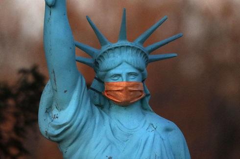کپی مجسمه آزادی با ماسک در آمریکا