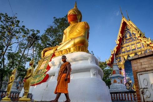 مجسمه بزرگ بودا با ماسک در تایلند