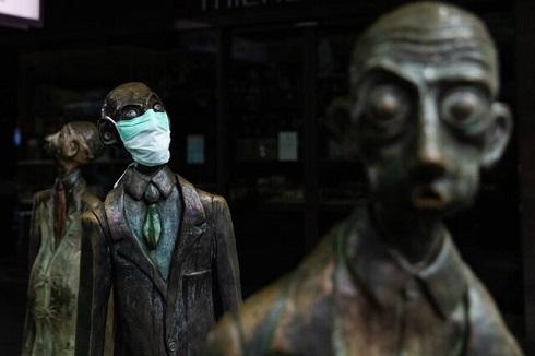 ماسک بر صورت مجسمه