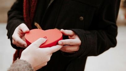 برای عاشق کردن کسی که دوستش دارید، کار دلپسندی برایش انجام ندهید.... بـگذاریـد او برایتان کارهای دلپسندی انجام دهد,5 روش عاشق کردن کسی که دوستش دارید