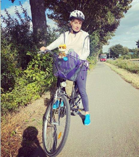 مهناز افشار درحال دوچرخه سواری