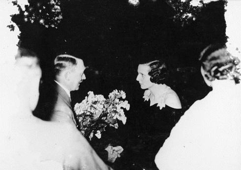 هیتلر در ۱۹۳۴ به ریفنشتال تبریک میگوید