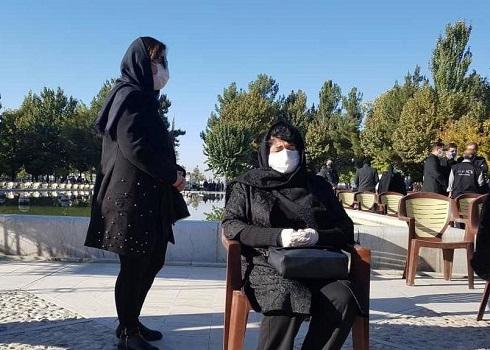 همسر استاد شجریان در محل برگزاری مراسم خاکسپاری