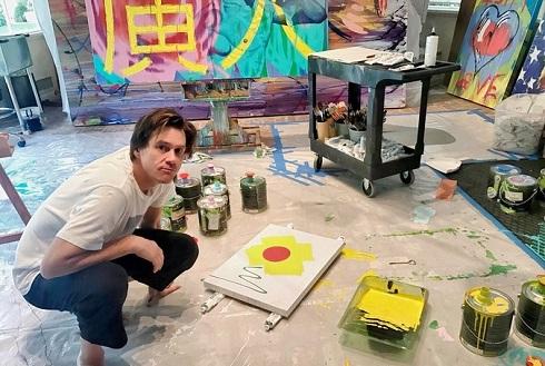جیم کری در کارگاه نقاشی اش