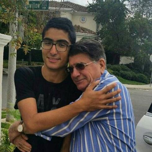 رایان شجریان در آغوش پدرش محمدرضا شجریان
