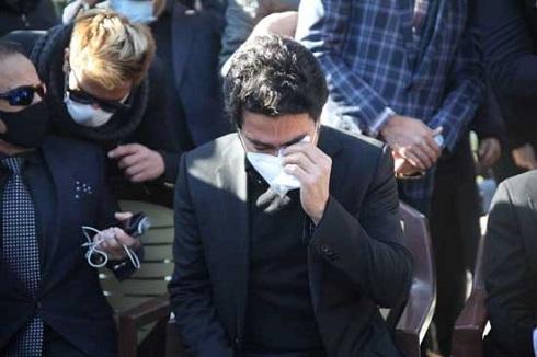 اشک های همایون شجریان بر سر مزار پدر