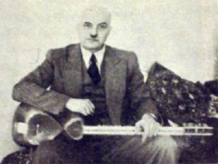 علینقی وزیری به همراه ساز تار
