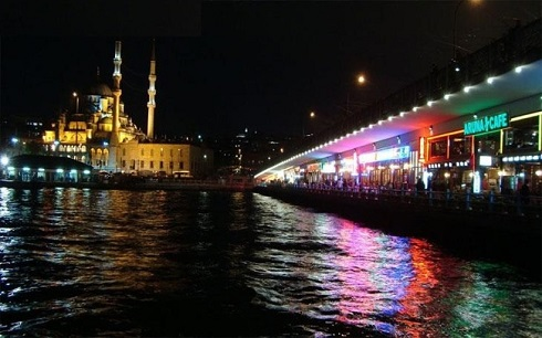 نمایی از پل گالاتا استانبول در شب