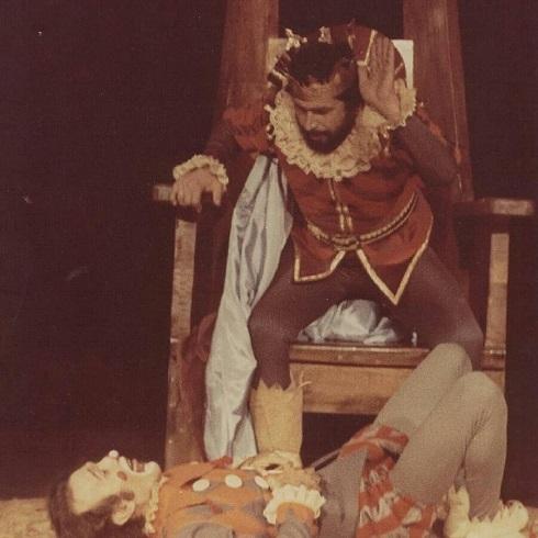 پرویز پورحسینی در جوانی بر صحنه تئاتر