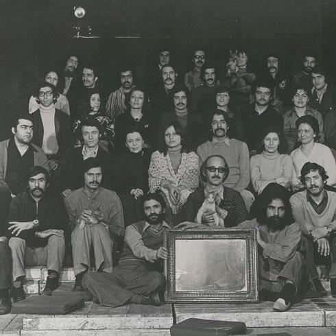 پرویز پورحسینی در کنار جمعی از هنرمندان