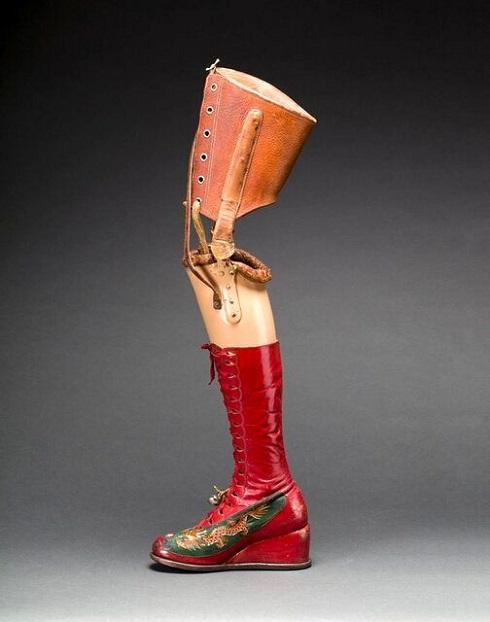 پای مصنوعی فریدا که با نقش و نگارهای هنری آمیخته شده بود