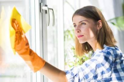 خانه تکانی، شیشه ها را اینگونه برق بیاندازید!