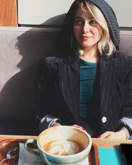 عکس الناز حبیبی در یک کافه