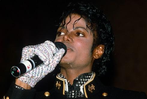 مایکل جکسون با دستکش سفید