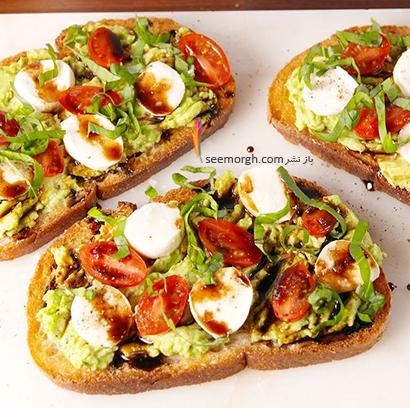 تزیین نان صبحانه با تخم مرغ، پیازچه و آووکادو