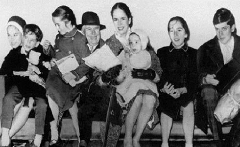 چارلی چاپلین در کنار آخرین همسرش و فرزندانش