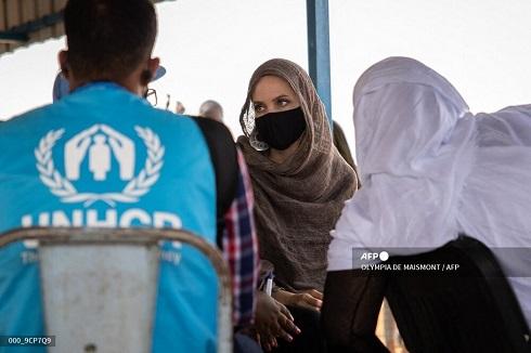 حجاب آنجلینا جولی هنگام بازدید از کمپ آوارگان در بورکینافاسو