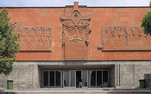 سردر نارنجی رنگ موزه اربونی در ایروان