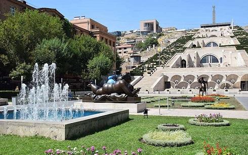 پارکی با حوض و آبنما و تعداد زیادی پله در ایروان