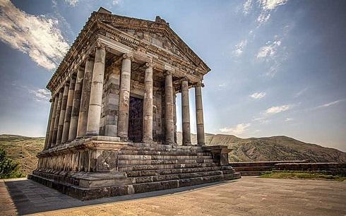 ساختمانی قدیمی و تاریخی معبد گارنی با ستون های متعدد