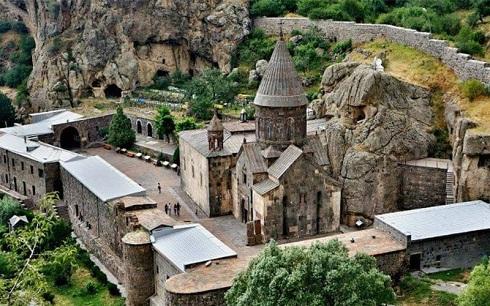 صومعه ای در کنار سازه های قدیمی در دل کوه ها