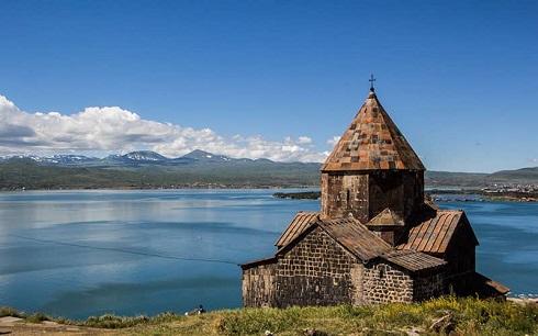 کلیسای قدیمی در کنار دریاچه سوان ارمنستان
