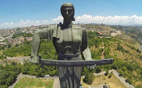 مجسمه سنگی زنی شمشیر به دست روی ارتفاعات شهر ایروان