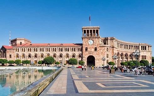 میدان جمهوری ایروان با حوضی بزرگ
