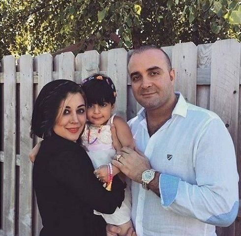 سینا سرلک در کنار همسر و دخترش
