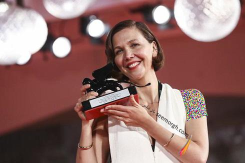 مگی جیلنهال برنده بهترین فیلمنامه جشنواره ونیز 2021 برای فیلم دختر گمشده
