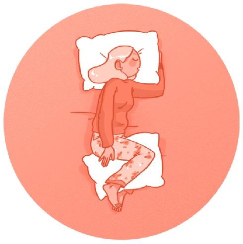 خوابیدن به یک پهلو با یک بالش بین زانوها