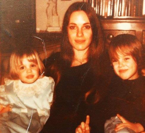 آنجلینا جولی در آغوش مادرش