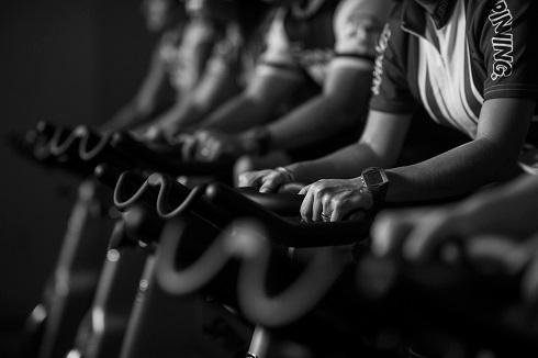 دوچرخه سواری در فضای باز و دوچرخه ثابت هر دو می توانند ورزش بیش از حد سنگینی باشند