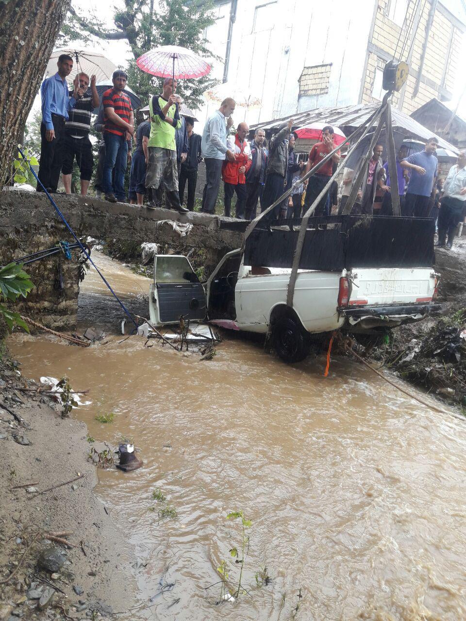 سقوط 2 خودرو به رودخانه و اسکان 120 خانوار مسافر در لاهیجان