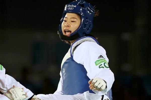 ظاهر متفاوت دختران تکواندوکار کرهای مقابل امامزاده صالح!