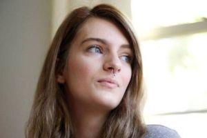 علاقه دختر 21 ساله به خوردن پستانک بخاطر آزار جنسی در کودکی! عکس