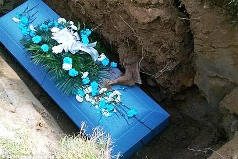 لحظه ای ترسناک در مراسم خاکسپاری
