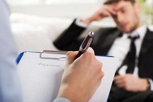 آیا تشخیص مراجعه به روانشناس و یا روانپزشك با بیمار است؟