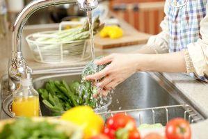 شستشوی سبزیجات با مایع ظرفشویی کار درستی است؟